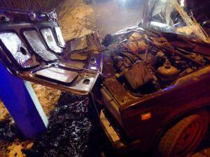 В Казани водитель легковушки пострадал после столкновения с фонарным столбом