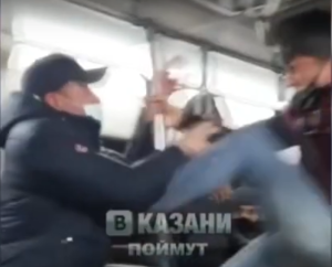 На видео сняли драку казанского кондуктора с пассажиром в трамвае