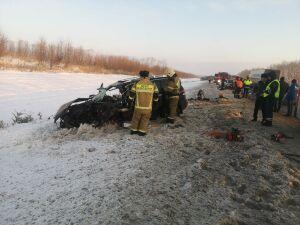 Внедорожник влетел под автовоз на трассе в РТ из-за лопнувшего колеса