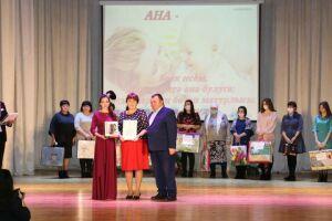 Алькеевские артисты исполнили для мам инструментальную пьесу «Шербурский зонтик»