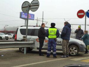Такси влетело в ограждение на перекрестке в Казани