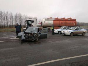 Один человек пострадал в ДТП с легковушкой и бензовозом на трассе в РТ