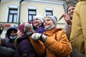 В День Конституции РТ казанцам подарили ленточки в цветах флага Татарстана