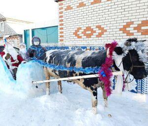 Дрожжановцы начали создавать скульптуры из снега и украшать дома
