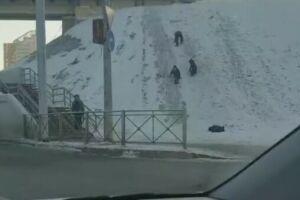 Прокуратура Казани проверит информацию о катающихся с горки детях рядом с дорогой