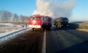 На трассе М7 в Татарстане загорелась фура из Удмуртии с продуктами и алкоголем