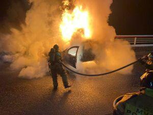 Иномарка полностью сгорела на мосту в Челнах, водителю удалось спастись