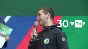 Чемпион мира по борьбе на поясах сделал предложение девушке на турнире в Казани
