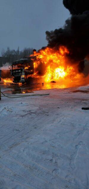 В Казани возле «Метро» горел грузовик с продуктами