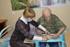 В Елабужском доме-интернате для лежачих жильцов проводят уроки рисования