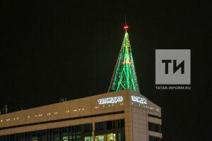 Самую высотную елку Европы установили на здании «Татмедиа» в Казани