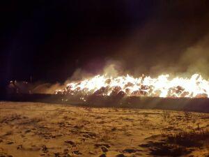 В горящем ангаре в Татарстане сгорели два трактора и сено