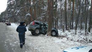 Водитель получил травму головы, влетев на внедорожнике в дерево в РТ