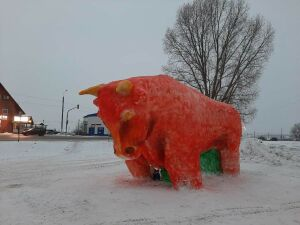 Фигуру быка высотой около 5 метров изваяли из снега в Зеленодольске
