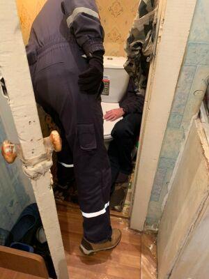 Спасатели в Казани освободили мужчину, застрявшего в туалете