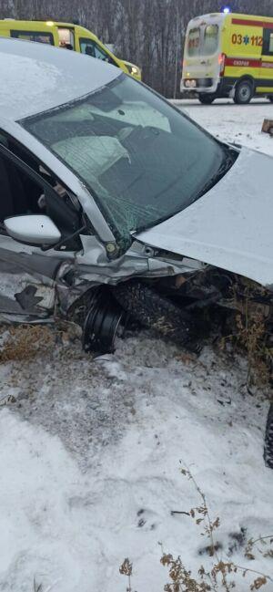 Иномарку выбросило в кювет после лобового столкновения с легковушкой в Татарстане