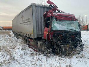 Грузовик из Ульяновска попал в ДТП в Татарстане, водитель в больнице