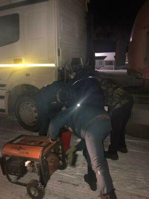 В Альметьевском районе спасатели помогли дальнобойщику завести заглохшее авто