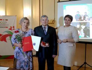 Супругам из Бугульмы в честь полувекового брака вручили знак «100-летие ТАССР»