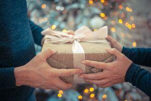Врачи назвали подарки, через которые передается коронавирус