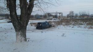 Легковушка снесла припаркованное авто и слетела в кювет в РТ, двое пострадали