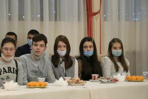 В Менделеевске с одаренными детьми провели круглый стол и вручили подарки