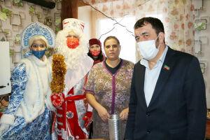 Многодетные семьи Чистополя получили подарки от депутата Госсовета РТ