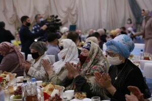 В шатре фонда «Ярдэм» состоялись благотворительный обед и концерт для инвалидов
