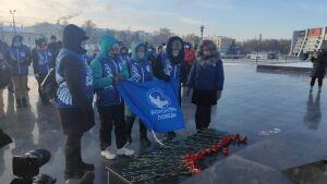 К Вечному огню в двух парках Казани возложили цветы в День неизвестного солдата