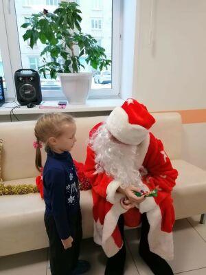 В Челнах «Дед Мороз с маникюром» доказал юной пациентке, что он самый настоящий