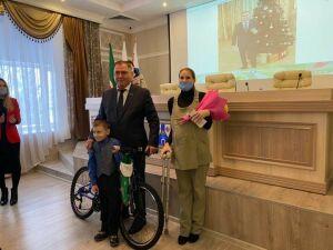 Глава Менделеевского района исполнил новогодние мечты двух детей