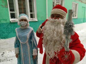 Пациентам детского отделения Чистопольской ЦРБ вручили новогодние подарки
