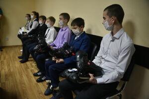 Школьникам Нижнекамска на приеме граждан подарили коньки
