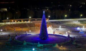 Центральную площадь Мамадыша украсила 19-метровая новогодняя ель