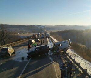 Умер еще один пострадавший в страшной аварии внедорожника и микроавтобуса в РТ