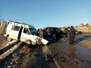 Один человек погиб и четверо пострадали в лобовом ДТП с микроавтобусом в РТ