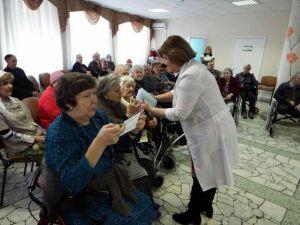 В Елабужском доме для престарелых рассказали о коронавирусе и научили надевать маски