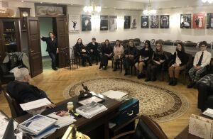 В Качаловском театре на уроке патриотизма ученики увидели декорации будущей премьеры