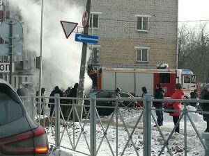 На видео сняли, как в Казани у 12-й горбольницы вспыхнул кроссовер «Мазда»