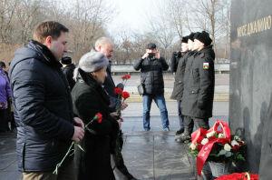 Дочь Мусы Джалиля и полпред РТ в РФ возложили цветы к памятнику поэту-герою в Москве