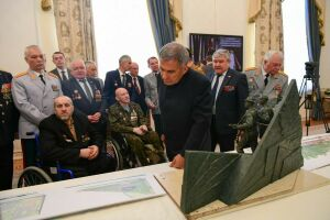 Минниханов обсудил с воинами-афганцами макет памятника в Казани