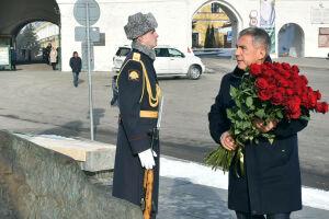 Минниханов в день рождения Джалиля возложил цветы к памятнику поэту