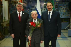 «Мы равняемся на вас»: в Челнах Алексей Песошин вручил медали ветеранам ВОВ