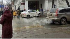 Иномарка вылетела на тротуар и снесла забор после ДТП с другим авто в центре Казани