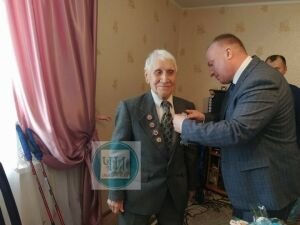 Ветерану из Чистополя в день рождения вручили памятную медаль в честь 75-летия Победы