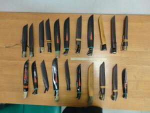 На таможне в Казани задержали гражданина Таджикистана, который вез на выставку 21 нож