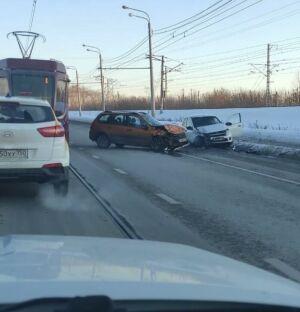 На видео попало, как в Казани лихач на «Ладе» вылетел на встречку и врезался в авто