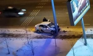 В Казани погибла пассажирка влетевшего в фонарный столб такси