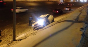 На Вишневского в Казани иномарка влетела в столб, водитель погиб