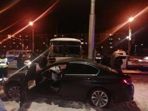 Водитель BMW пострадал при столкновении с автобусом в Альметьевске